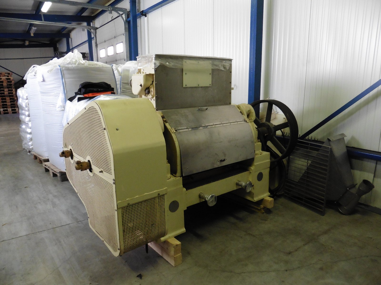 915 mm délka x 460 mm průměr válců, E. R. & F Turner model 460 dvouválcový mlýn